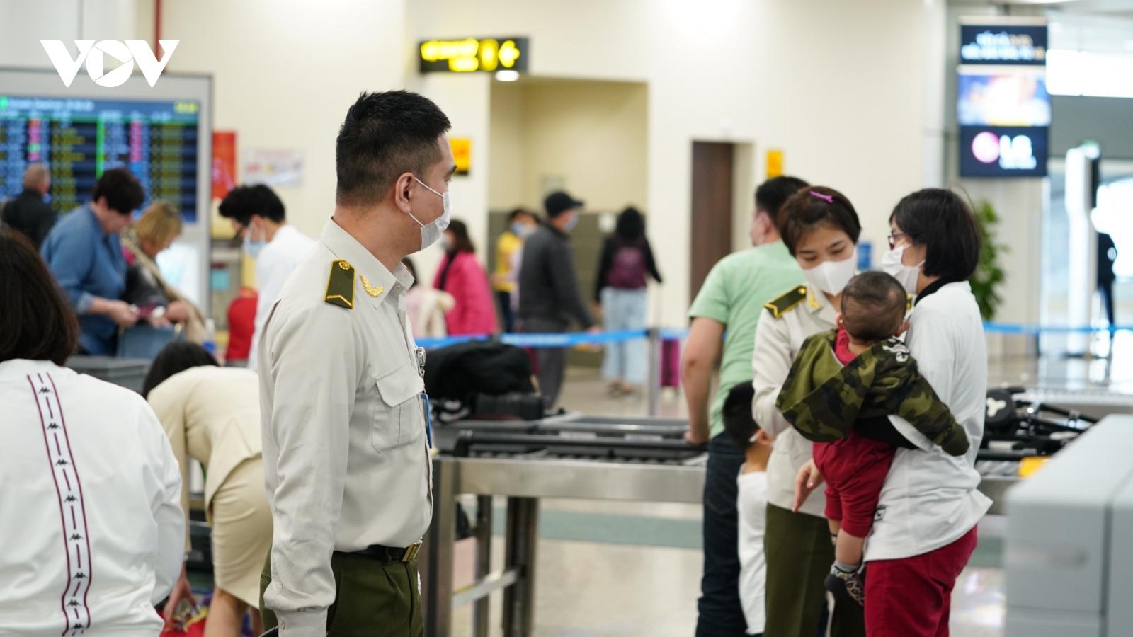 Sẽ mở lại đường bay quốc tế và thu phí cách ly thế nào?