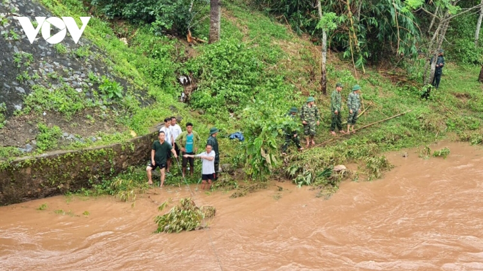 Quảng Trị: Hơn 100 cán bộ chiến sĩ tìm phụ nữ mất tích do mưa bão
