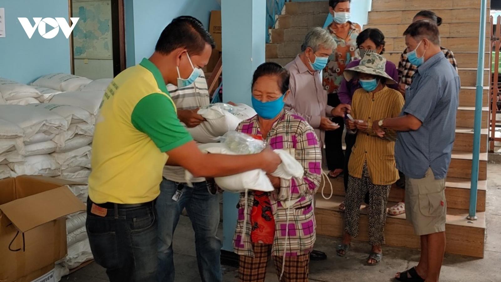 Trao quà cứu trợ người gốc Việt có hoàn cảnh khó khăn tại Campuchia