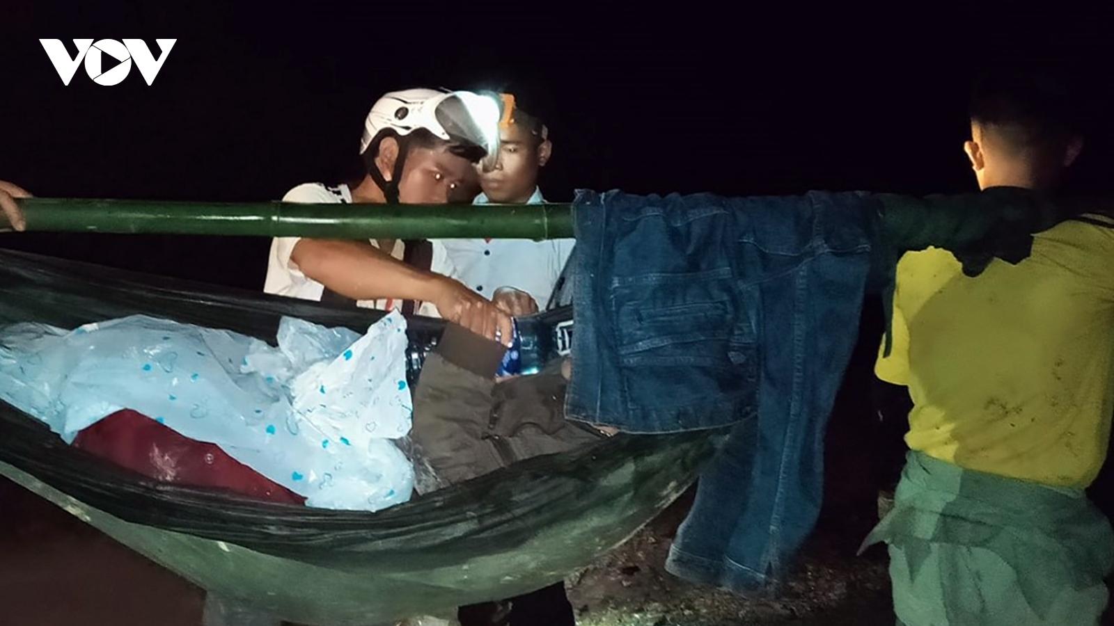 Hàng chục người khiêng một bệnh nhân đi cấp cứu trong đêm