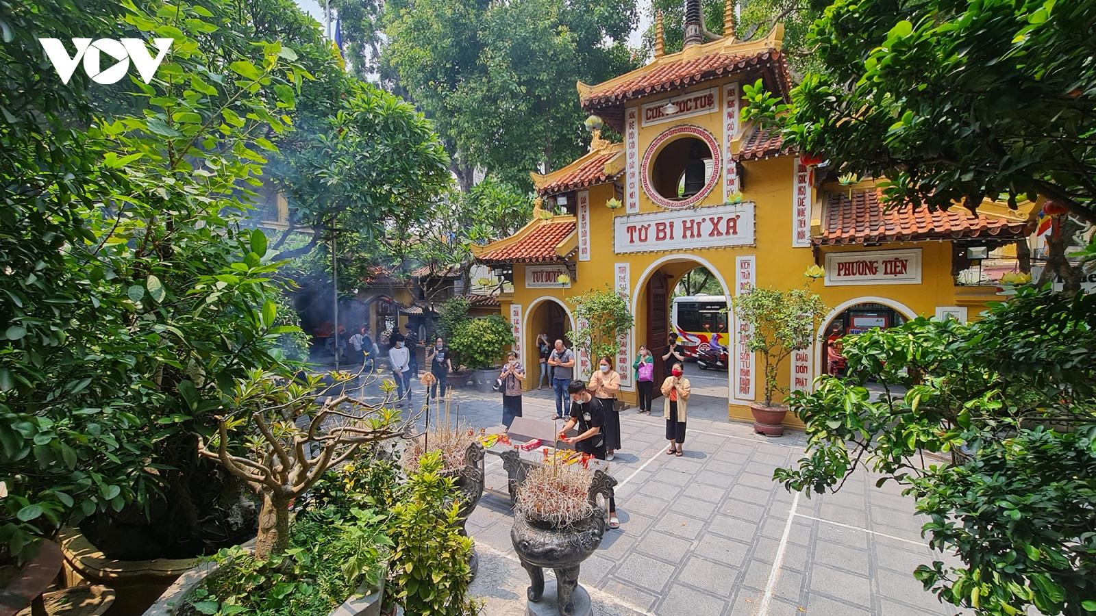 Chùa chiền ở Hà Nội vắng vẻ, lác đác người dân đi lễ trong ngày Rằm tháng 7
