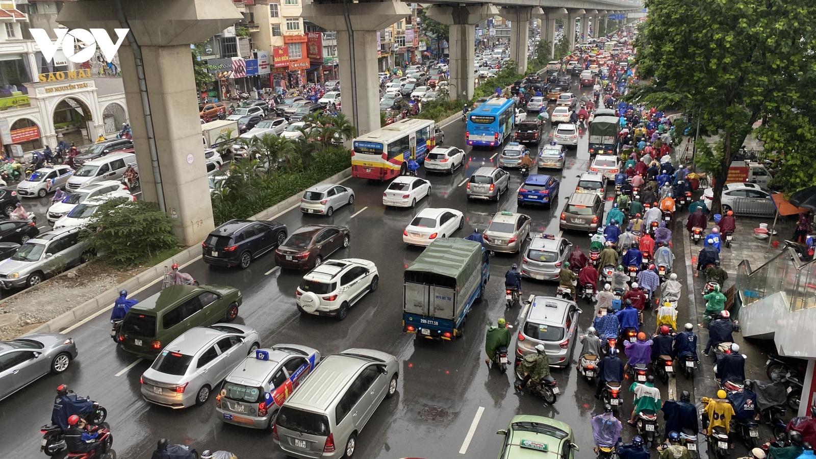 Mưa lớn đầu giờ đi làm buổi sáng, nhiều đường phố Hà Nội tắc nghẽn