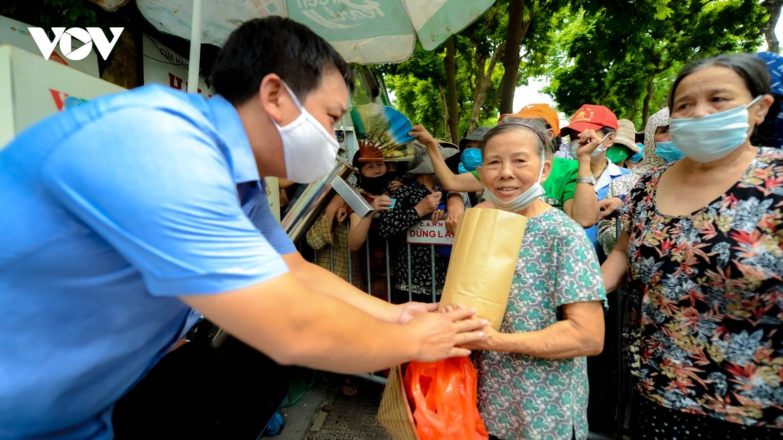 Công đoàn Viên chức Việt Nam, VOV và các nhà hảo tâm phát gạo miễn phí cho người nghèo