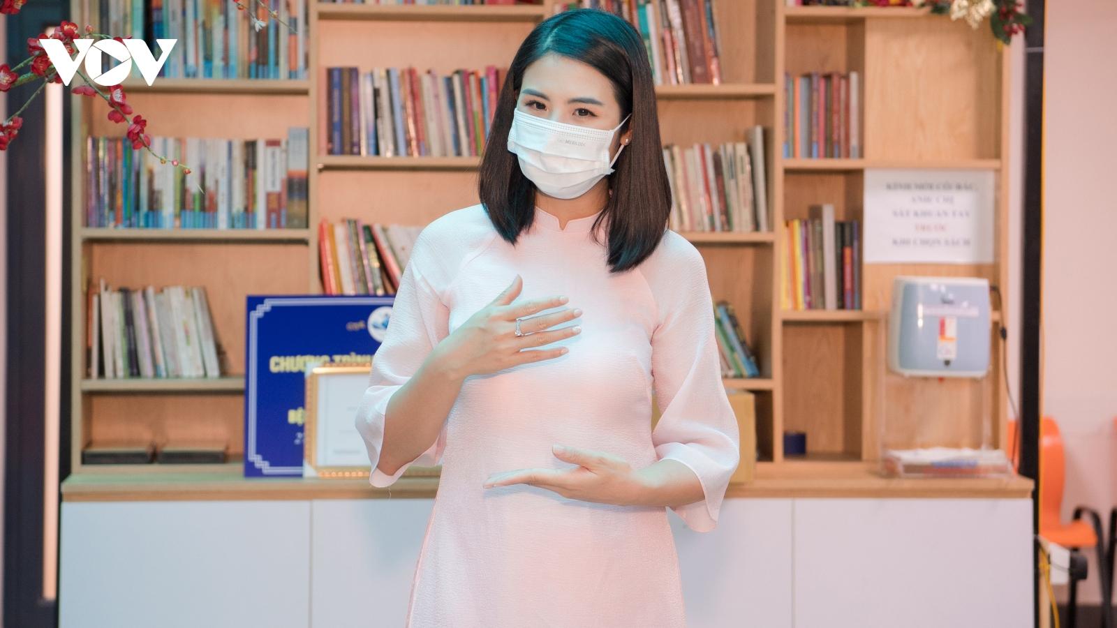 Hoa hậu Ngọc Hân trao tặng sách tại bệnh viện Lão khoa Trung ương