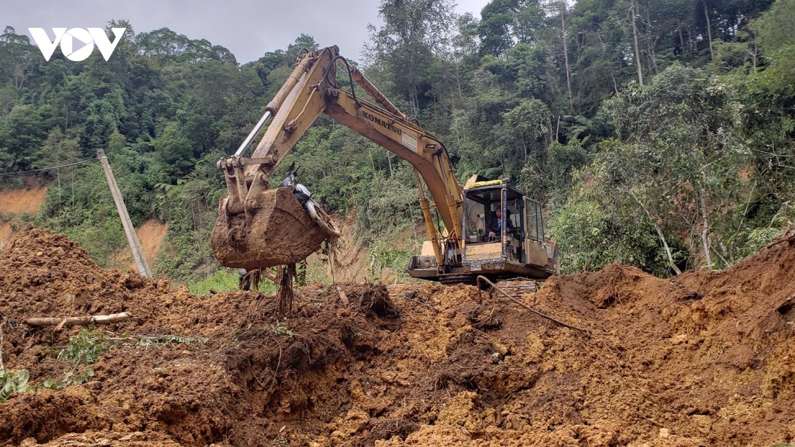 Đường lên 4 xã vùng biên giới Tây Giang bị sạt lở nghiêm trọng