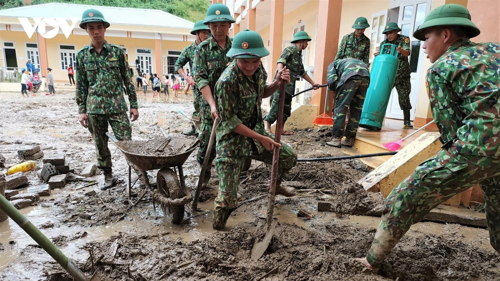Biên phòng bám bản giúp người dân Tây Giang khắc phục hậu quả mưa lũ