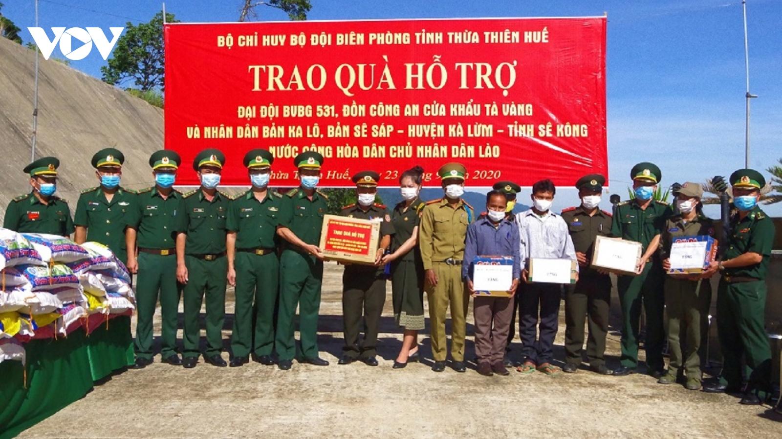 Thừa Thiên Huế trao 225 suất quà hỗ trợ cho lực lượng vũ trang và nhân dân Lào