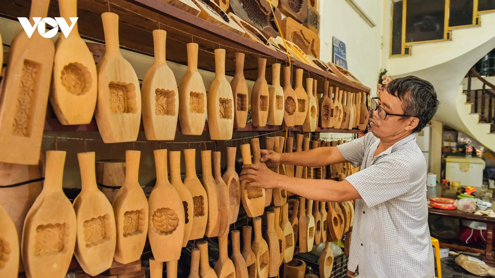 Gần 40 năm miệt mài giữ nghề làm khuôn bánh Trung thu truyền thống