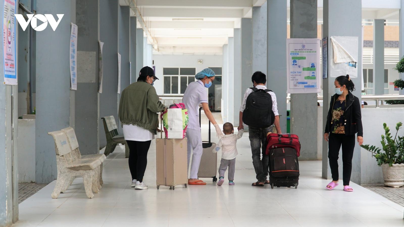 Tây Ninh: 3 bệnh nhân mắc Covid-19 được ra viện