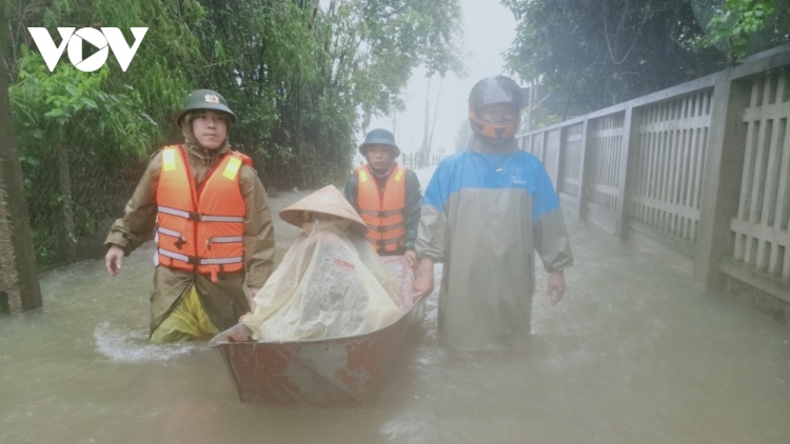 Công an Hà Tĩnh dầm mình trong mưa lũ cõng dân đi sơ tán