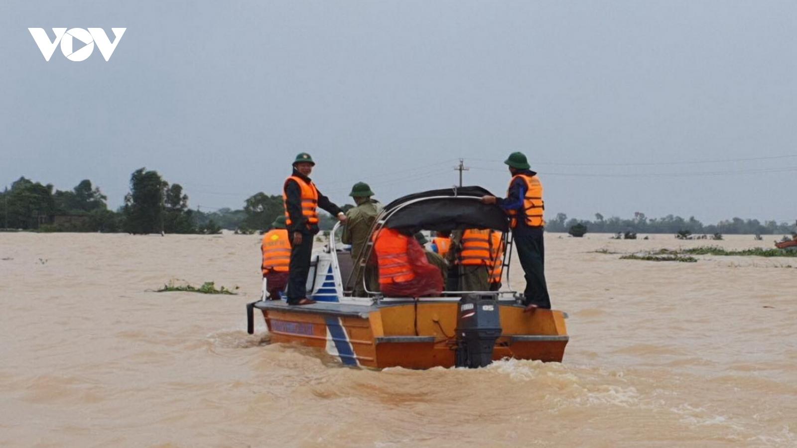 Nước lũ tràn qua QL1A tại Quảng Nam, giao thông bị chia cắt