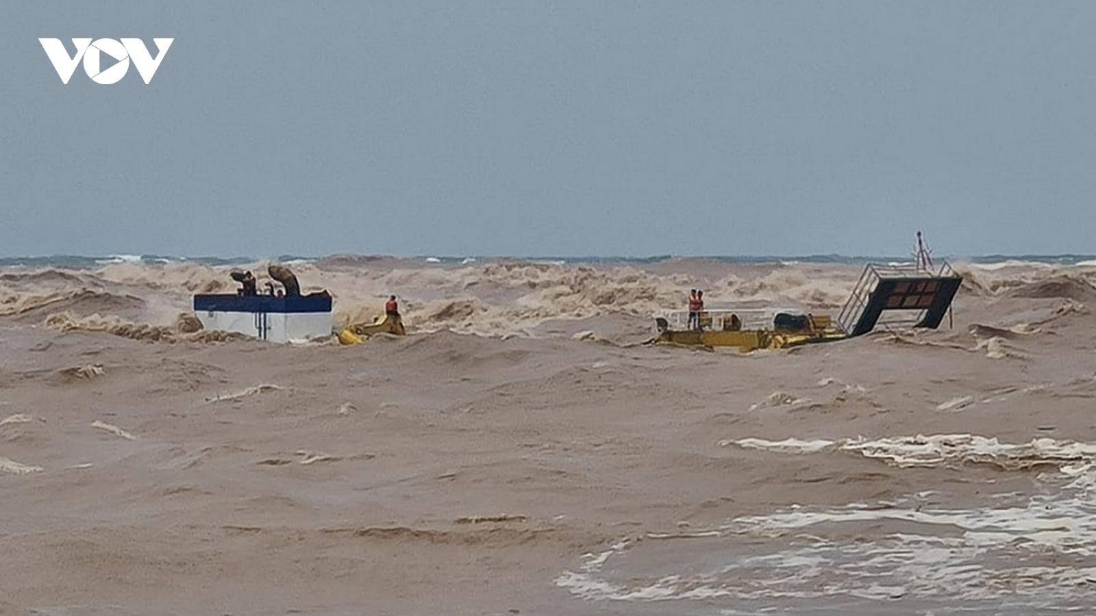 8 thuyền viên và 3 ngư dân vẫn mắc kẹt trên tàu Vietship 01 bị chìm ở biển Quảng Trị
