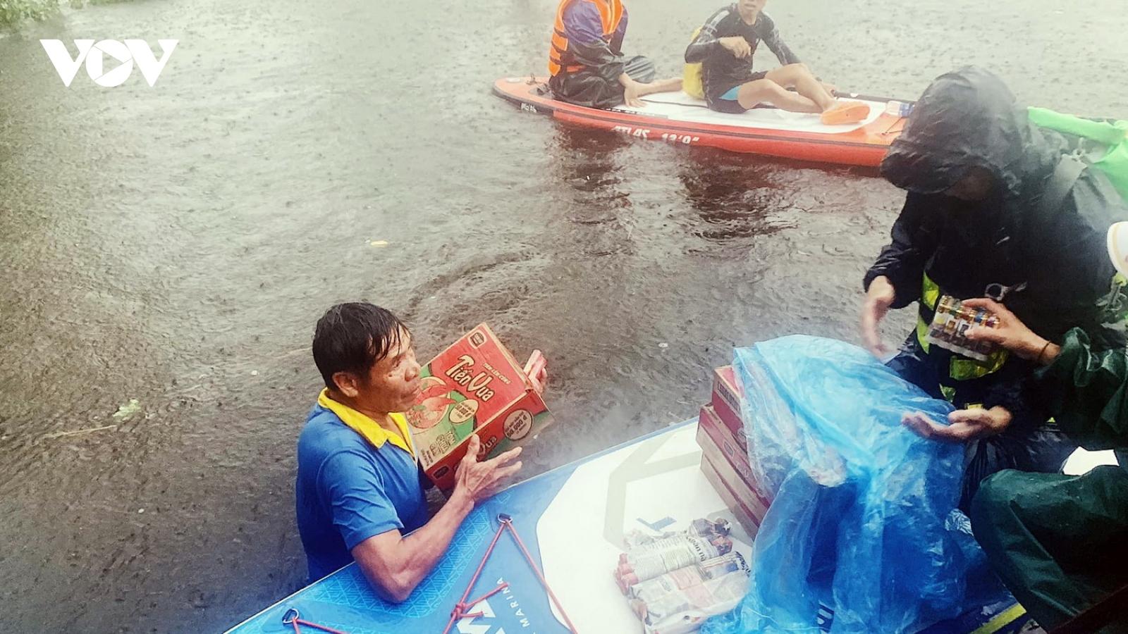Quảng Trị tiếp tục di chuyển người dân ở vùng ngập lụt đến nơi an toàn