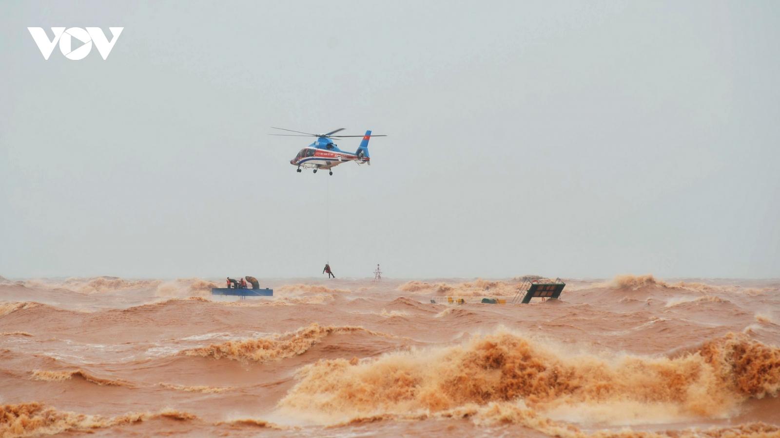 Toàn cảnh giải cứu thuyền viên đeo bám trên tàu Vietship 01 bị chìm tại Cửa Việt