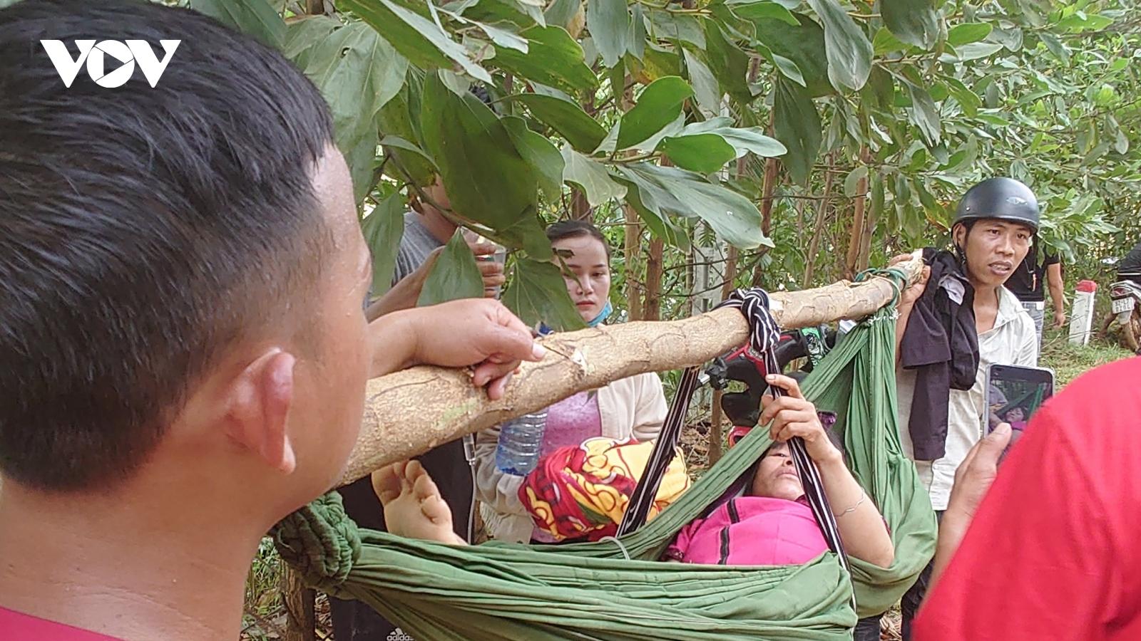 Hình ảnh đưa các nạn nhân vừa được cứu sống do sạt lở núi ở Trà Leng đi cấp cứu
