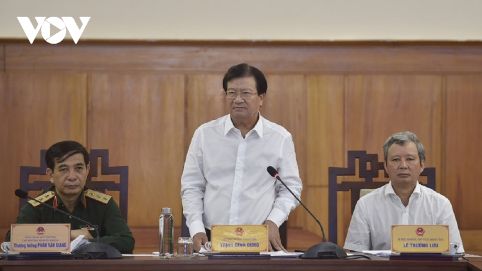 Phó Thủ tướng Trịnh Đình Dũng chỉ đạo về phòng chống lụt bão và cứu nạn ở Rào Trăng
