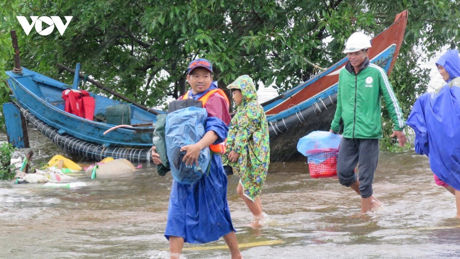 Người dân xã Hưng Thủy, huyện Lệ Thủy giúp nhau chạy lũ