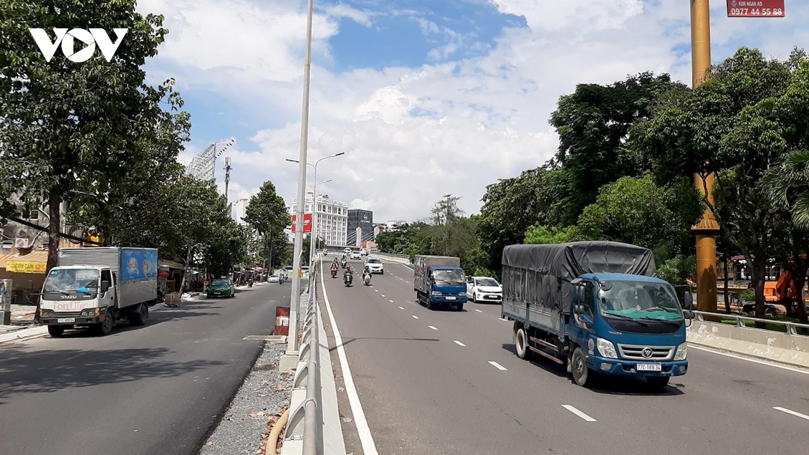 TPHCM lại cấm lưu thông cầu vượt Nguyễn Hữu Cảnh