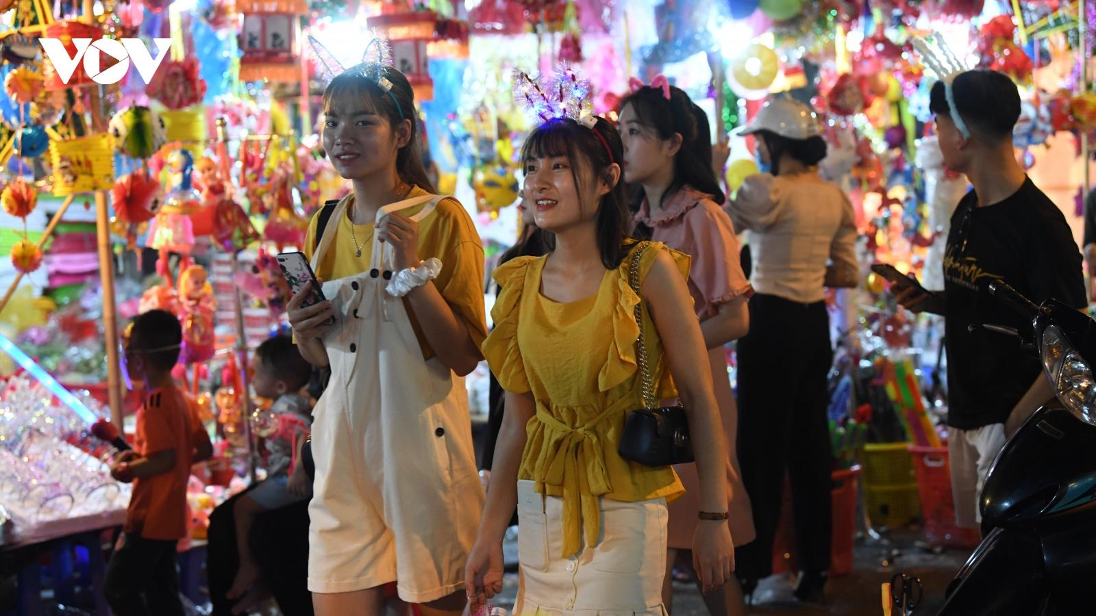 Không khí đón Tết Trung thu sôi động của người Hà Nội trên phố Hàng Mã