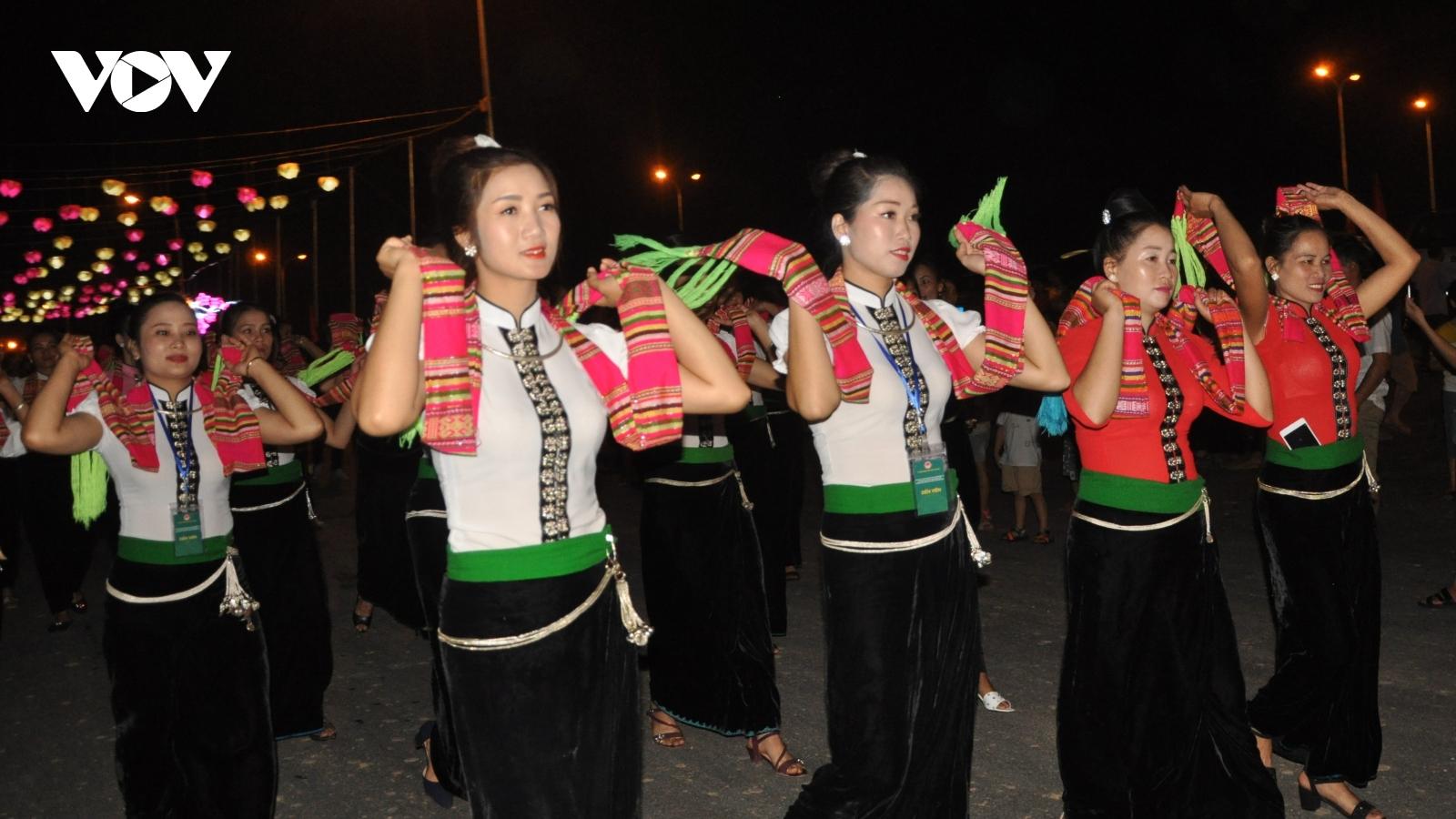 Hơn 2000người tham gia màn múa Đại xòe trong Lễ hội Văn hóa, du lịch Mường Lò 2020