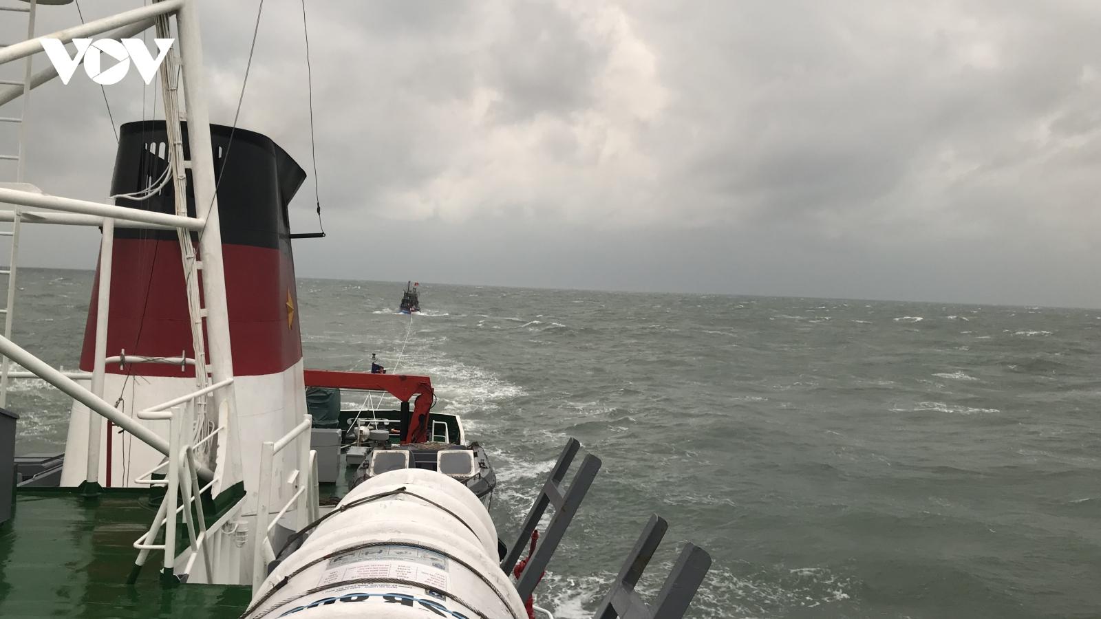 Tàu CSB 8003 vượt sóng dữ cứu ngư dân