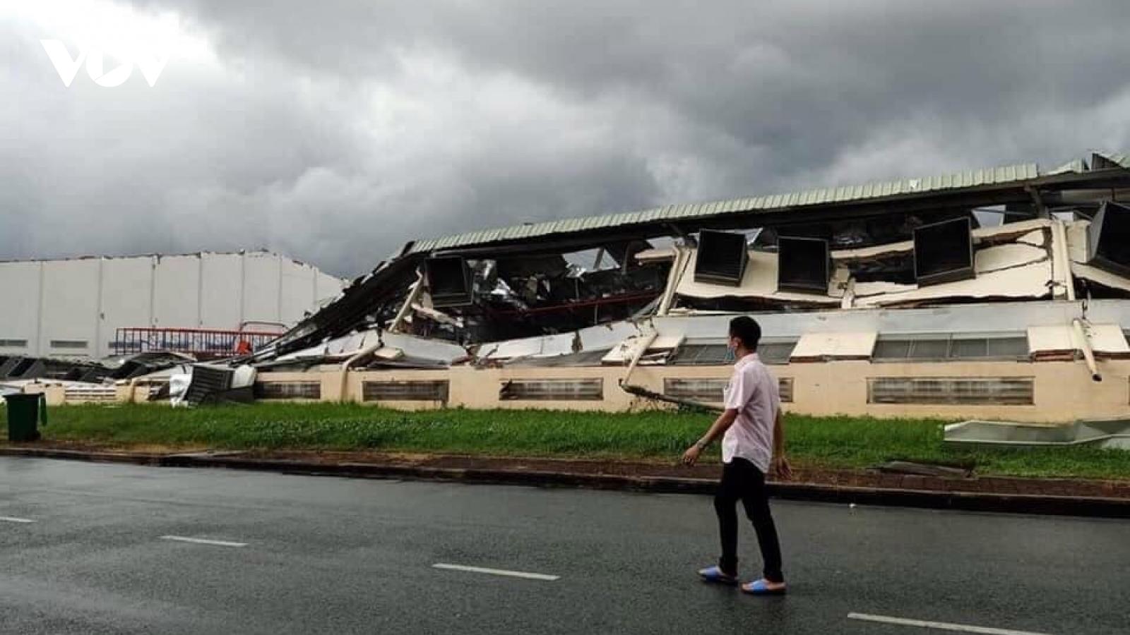 Gió lốc gây thiệt hại hàng nghìn mét vuông nhà xưởng tại Tiền Giang