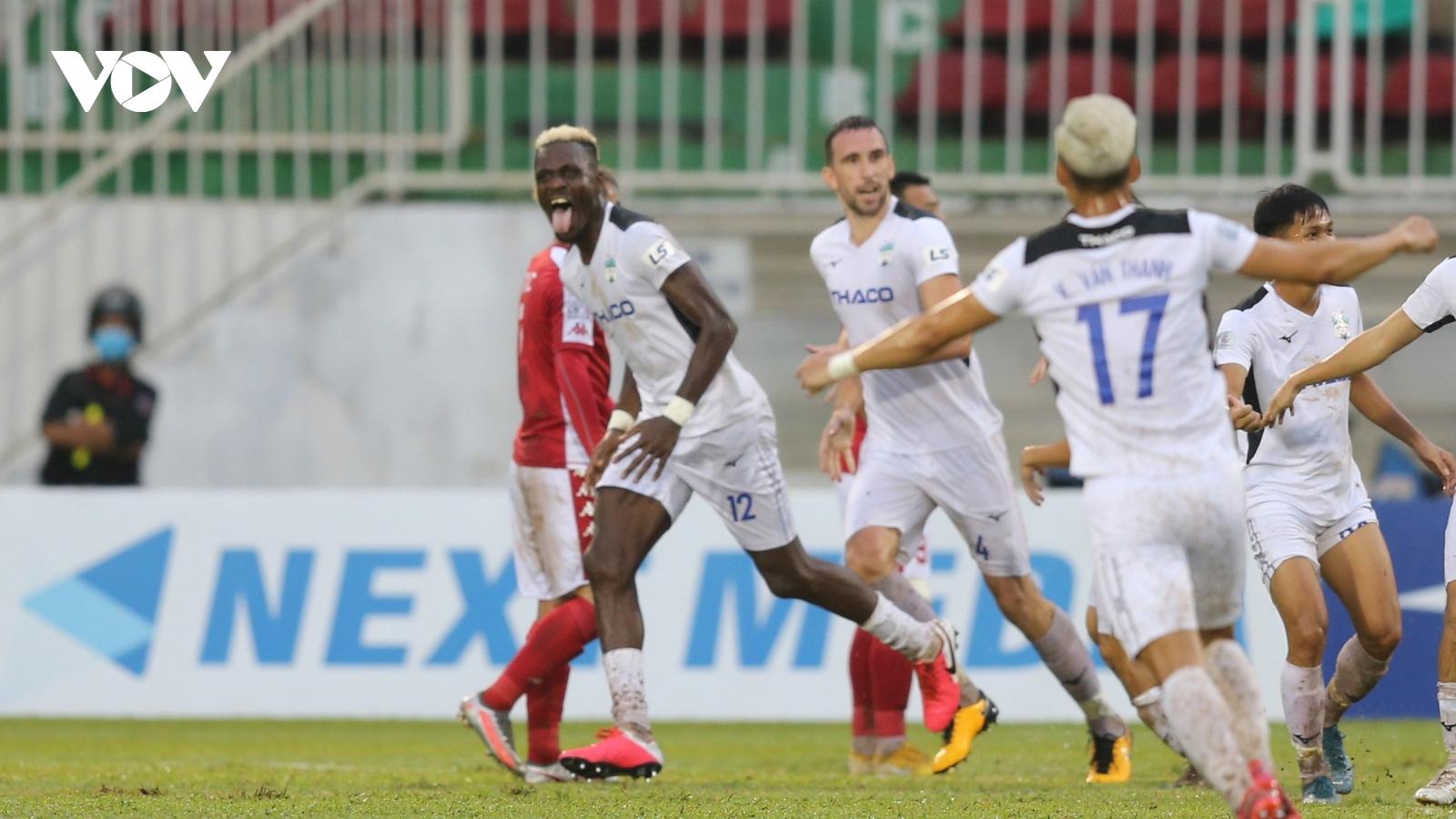 Trút cơn mưa bàn thắng vào lưới TPHCM, HAGL góp mặt trong top 8 V-League
