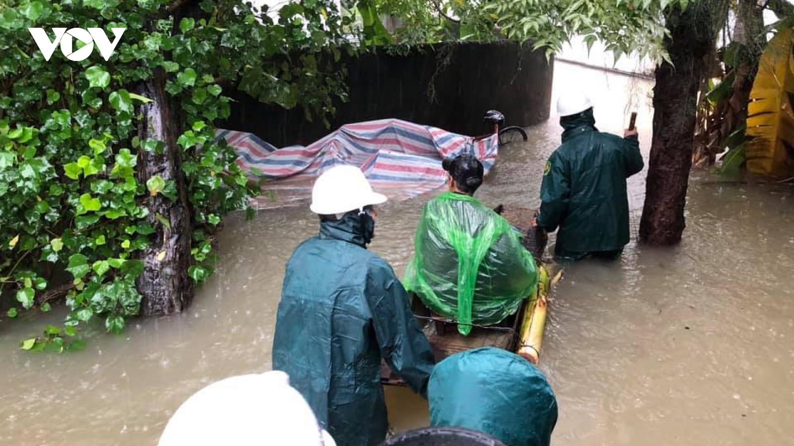 Lũ lên nhanh, nhiều địa phương ở Hà Tĩnh phải sơ tán dân khỏi vùng nguy hiểm
