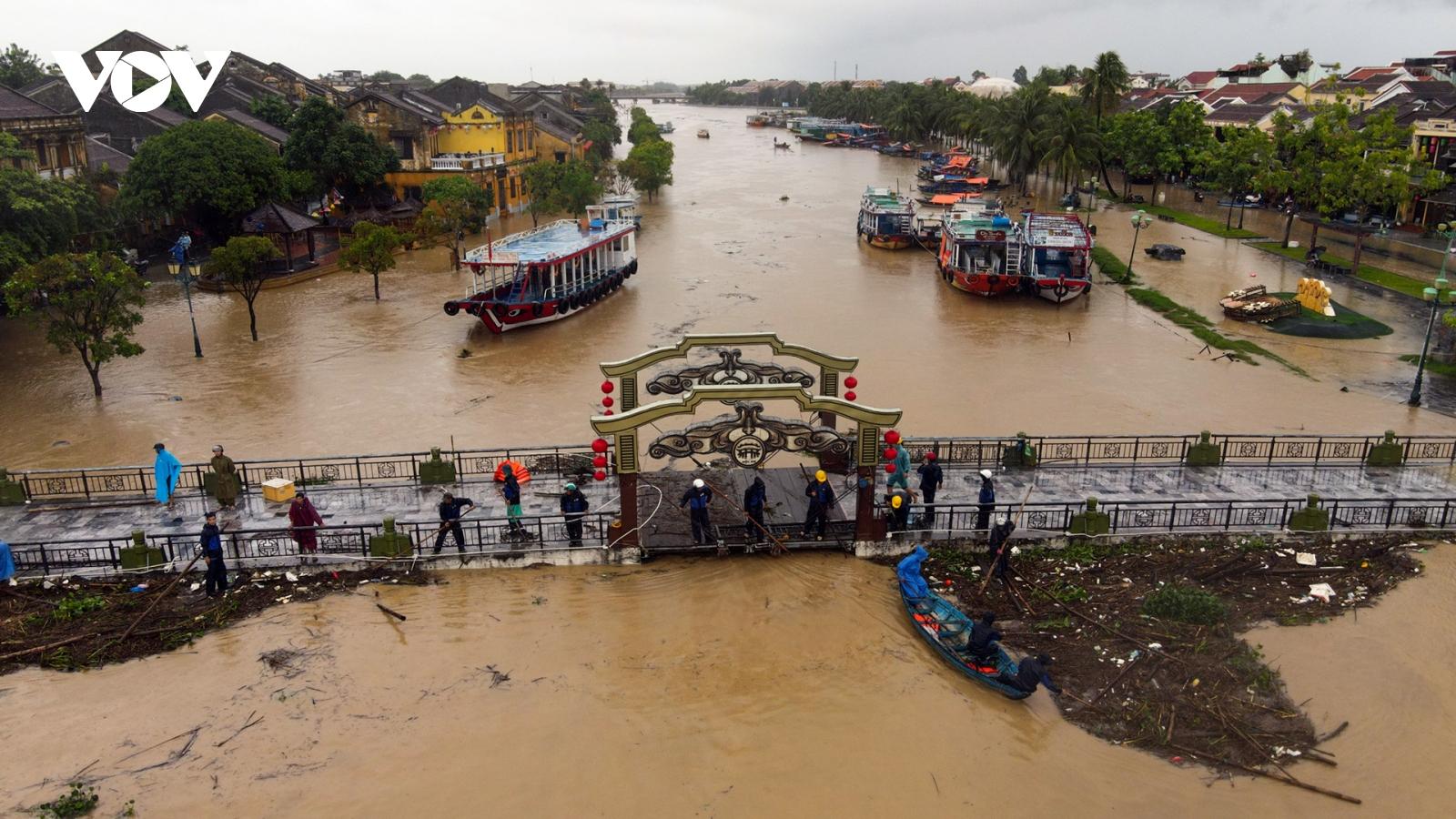 Ảnh: Nước sông Hoài dâng cao khi lũ tràn về, phố cổ Hội An bị ngập sâu
