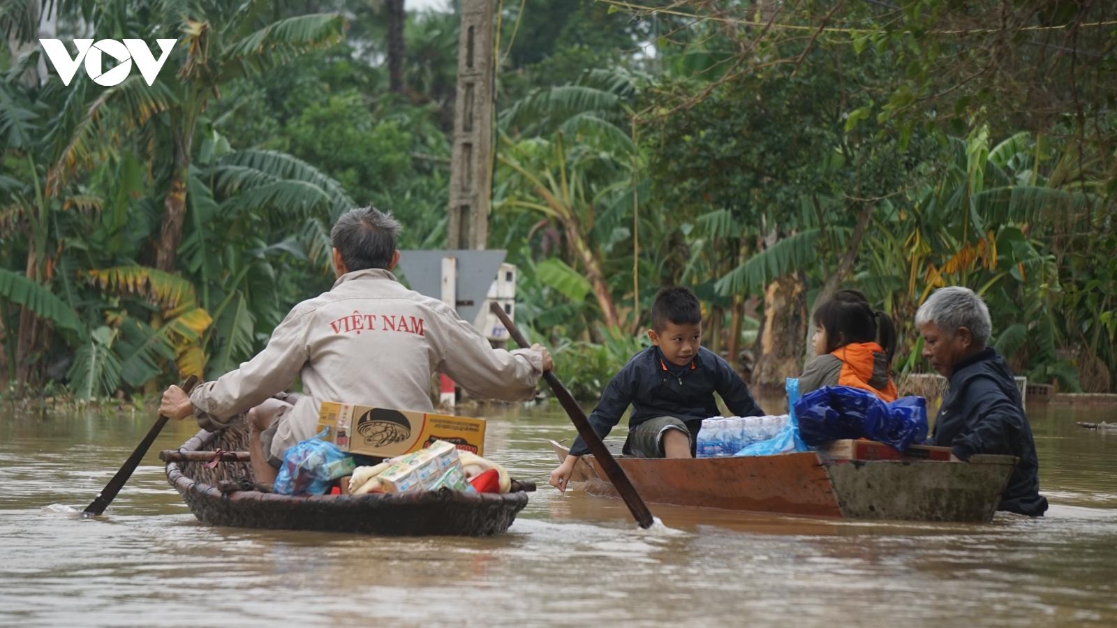 Nước rút dần ở vùng tâm lũ Hà Tĩnh, dân vẫn phải dùng thuyền để di chuyển