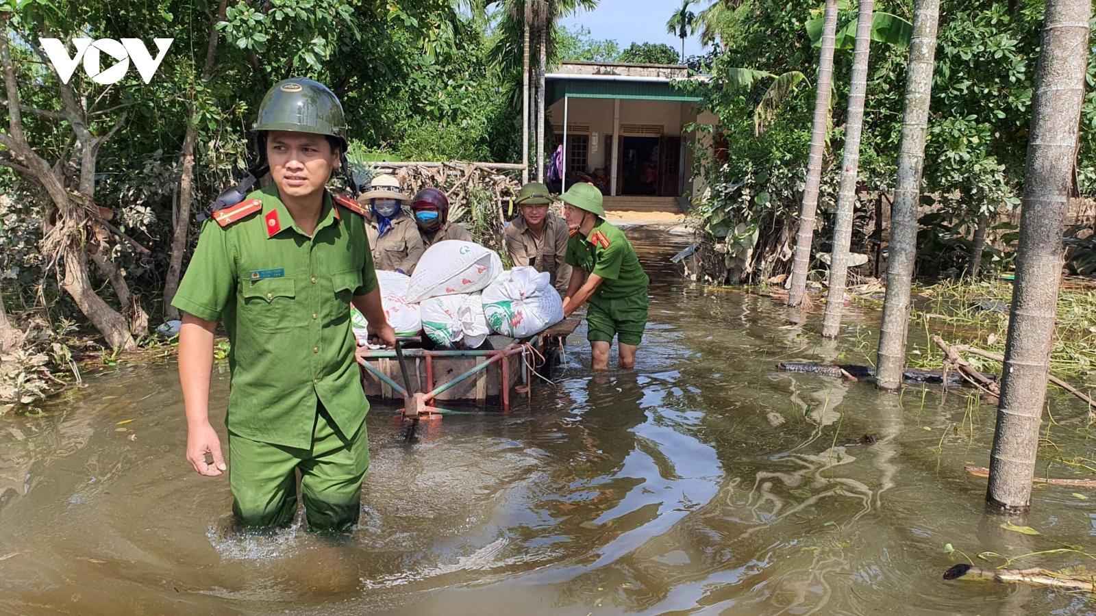 Công an Hà Tĩnh khẩn trương dọn bùn đất, giúp dân khắc phục hậu quả mưa lũ