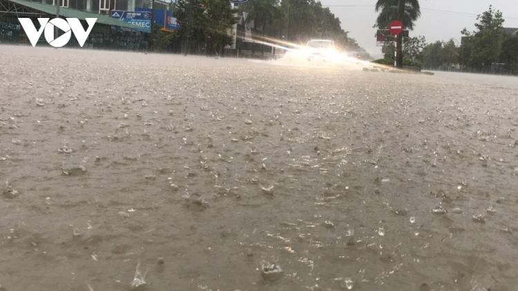 Heavy downpours engulf streets throughout Vinh city