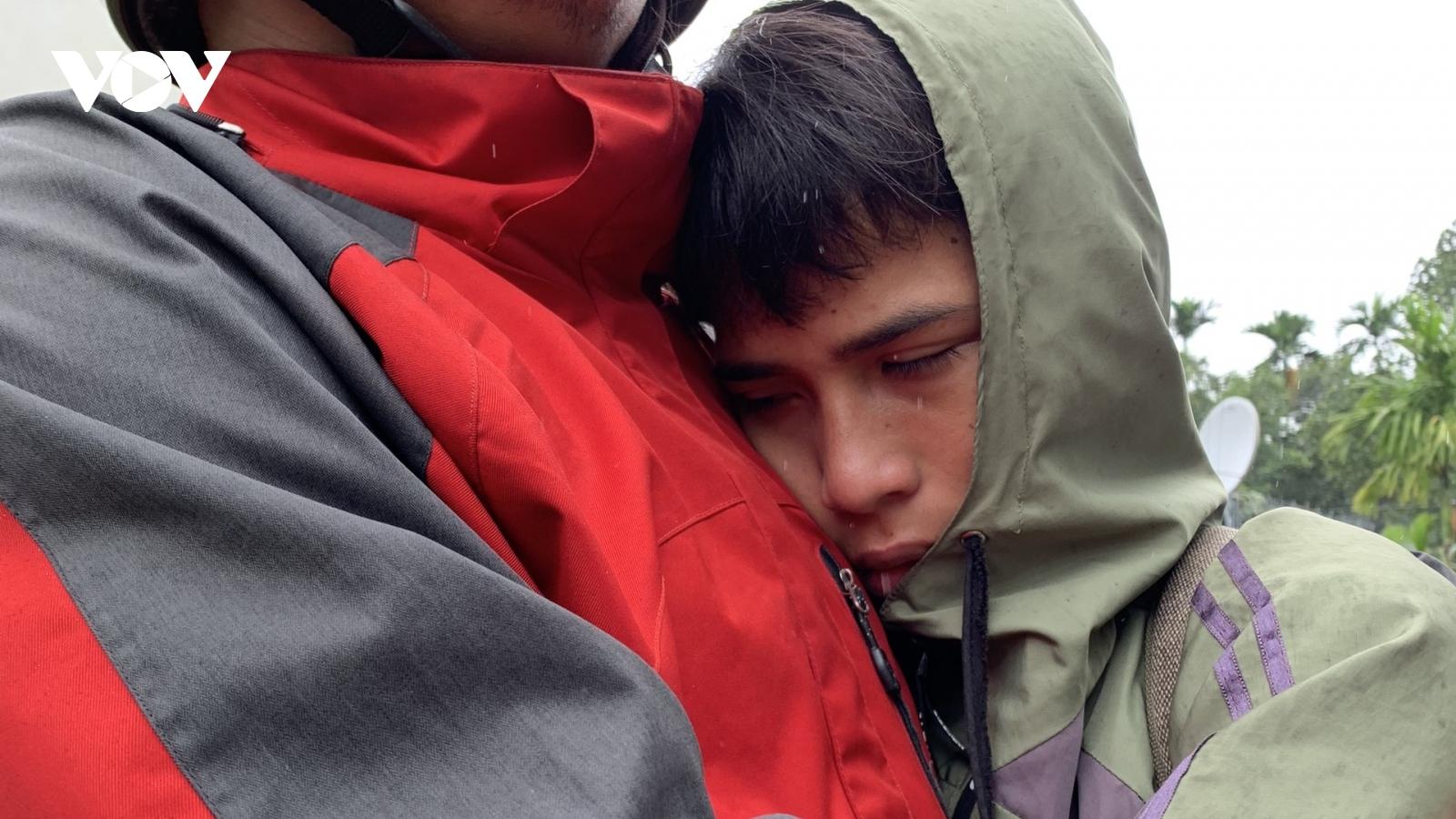 Thắt lòng thầy giáo an ủi học sinh chờ đợi tin người thân ở Trà Leng