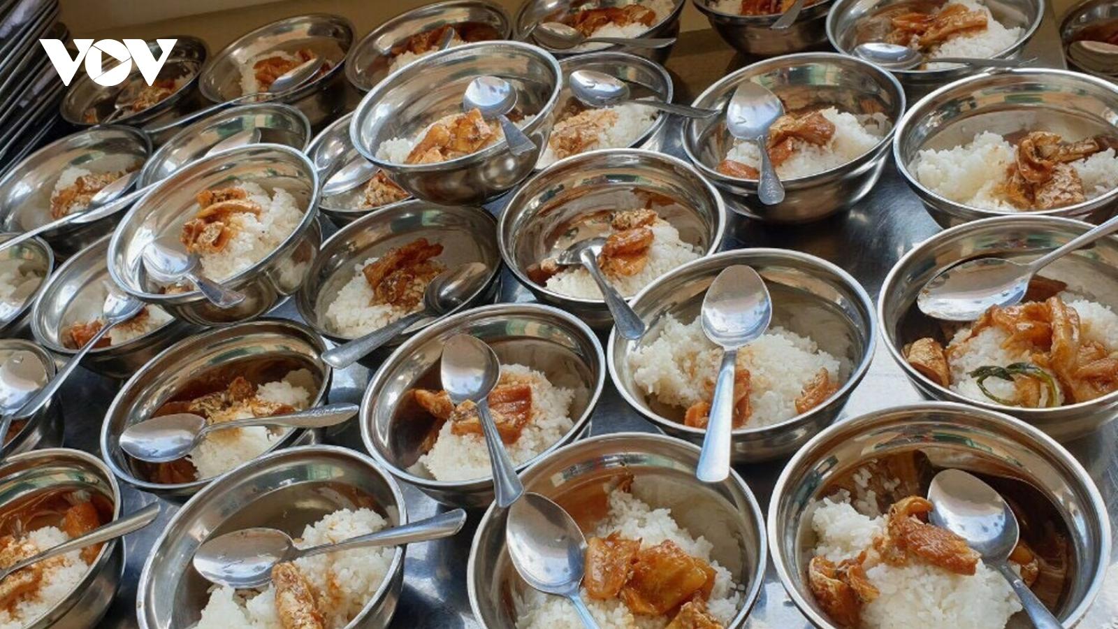 Phụ huynh bức xúc vì khẩu phần ăn bán trú bị bớt xén