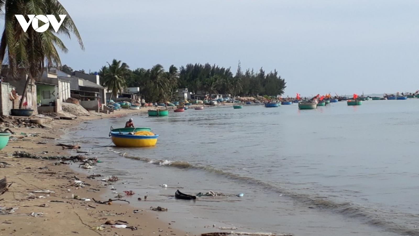 Bão số 9 ở Bình Thuận khiến 1 thuyền bị sóng đánh chìm