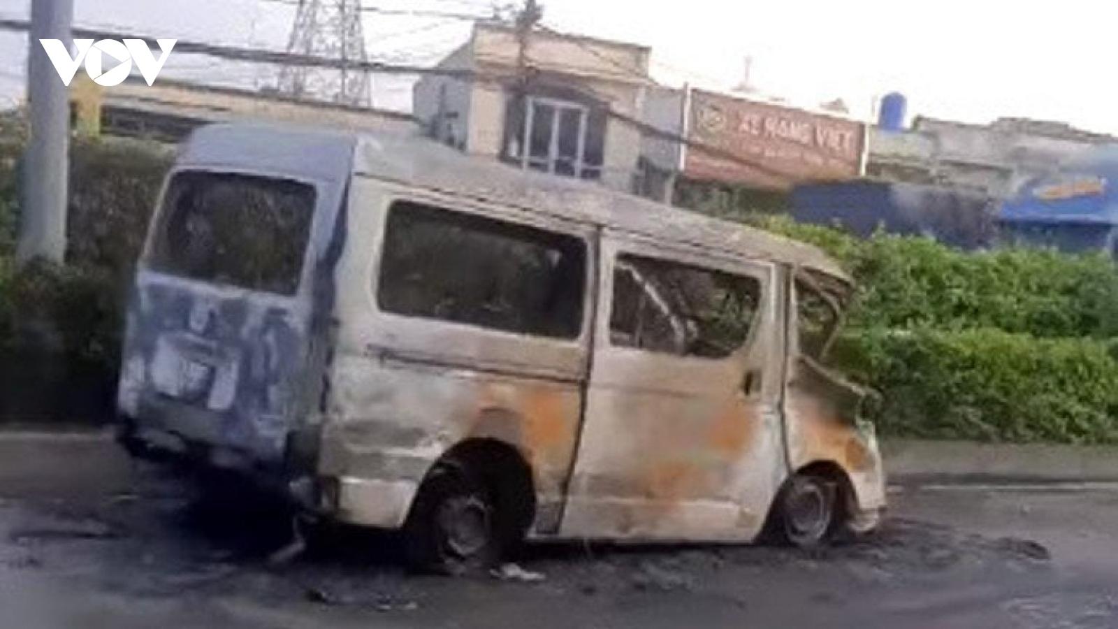 Điều tra vụ ô tô 16 chỗ đâm nát xe máy, cả 2 xe bốc cháy trơ khung