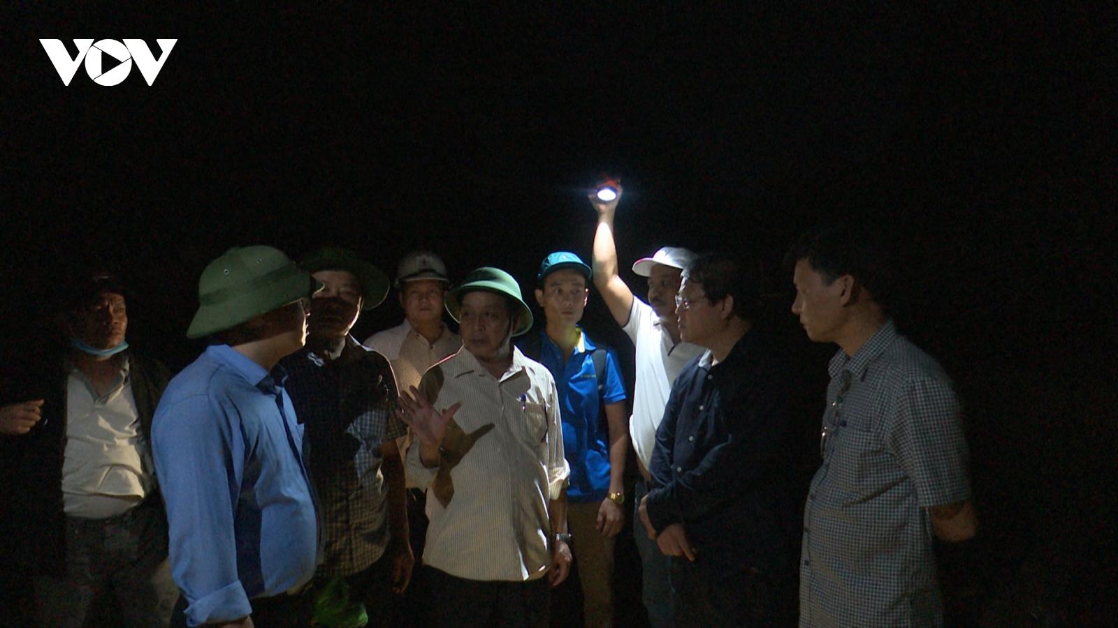 Khó thông đường để xe vào cứu hộ nạn nhân vụ sạt lở ở Nam Trà My
