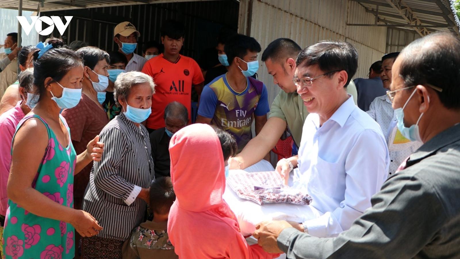 Cứu trợ bà con Việt kiều và người Campuchia có hoàn cảnh đặc biệt khó khăn