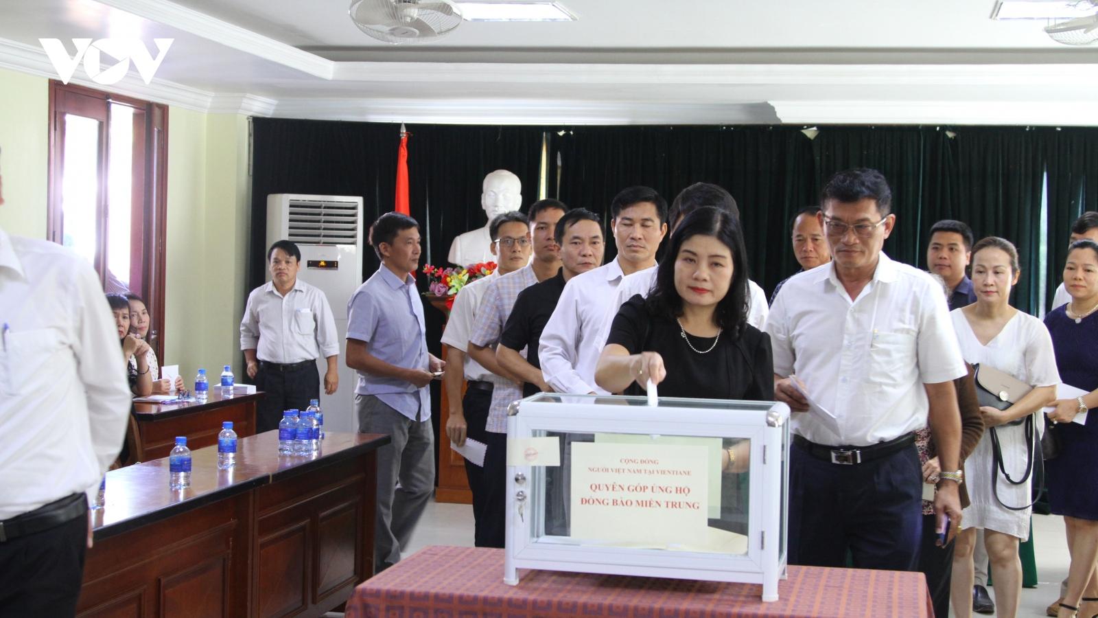 Cộng đồng người Việt Nam tại Lào ủng hộ đồng bào vùng lũ miền Trung