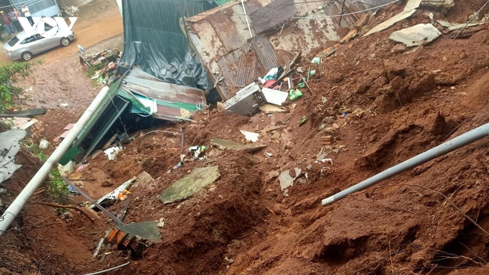 Mưa lụt ở Buôn Ma Thuột khiến một nhà sập, 10 hộ khác phải di dời