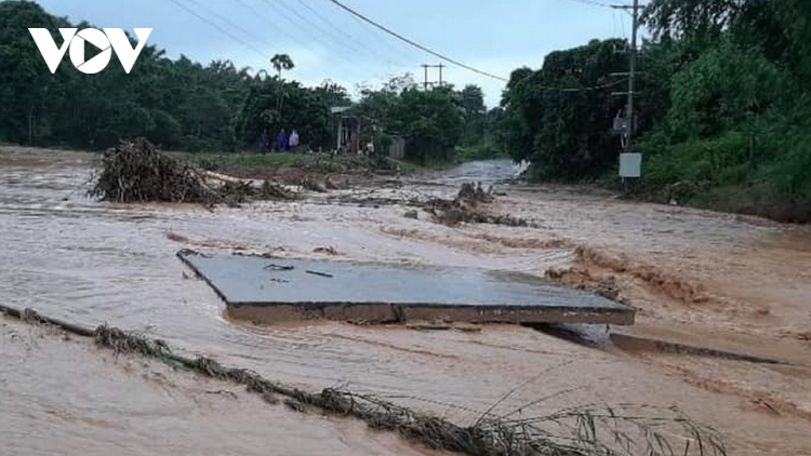 Sạt lở đất vùi lấp 1 nhà dân có 6 người tại huyện miền núi Hướng Hoá, Quảng Trị