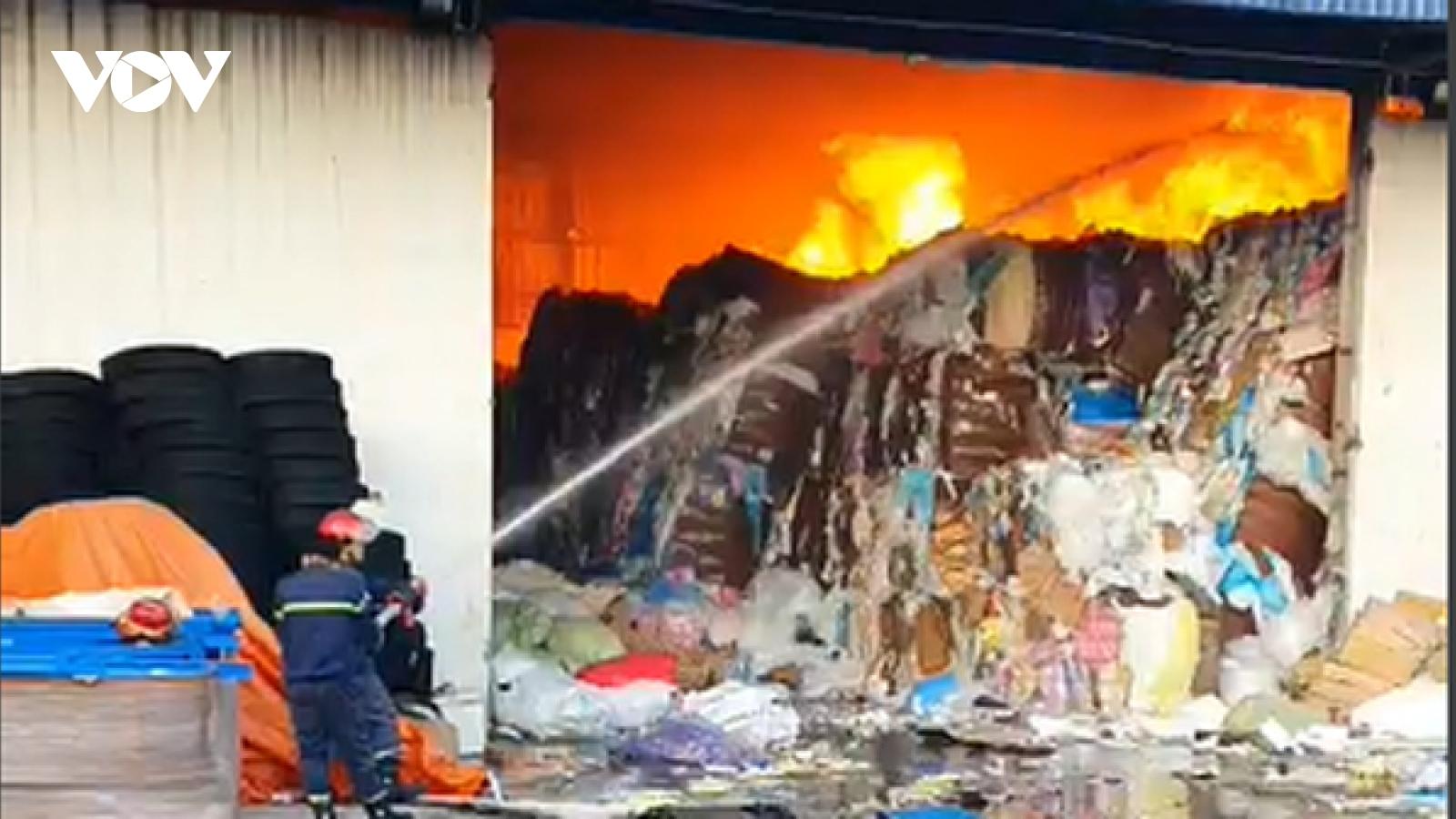 Cháy lớn thiêu rụi 450m2 nhà kho ở Bình Dương