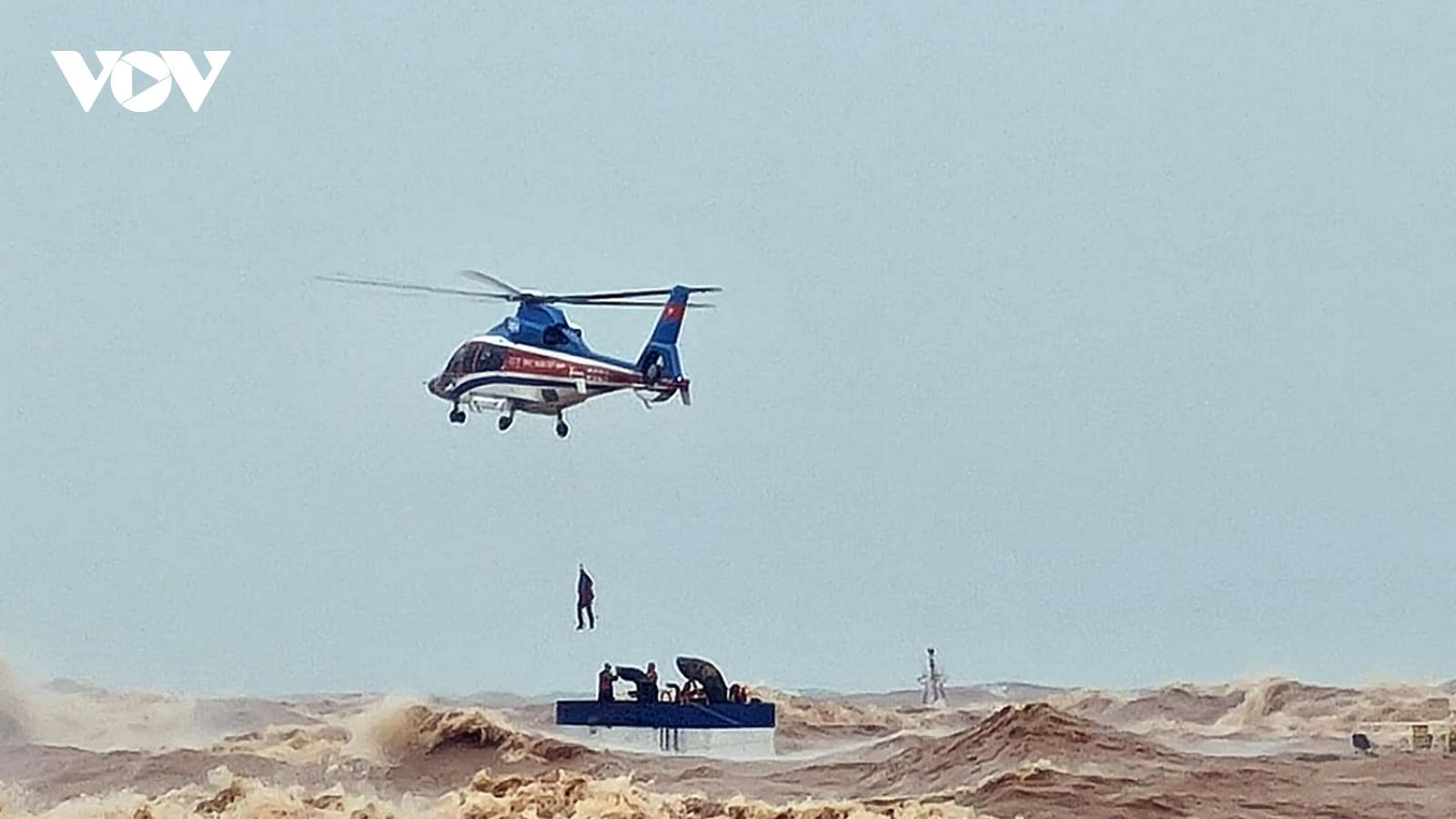 Máy bay trực thăng cứu hộ thành công thuyền viên gặp nạn trên tàu VietShip 01