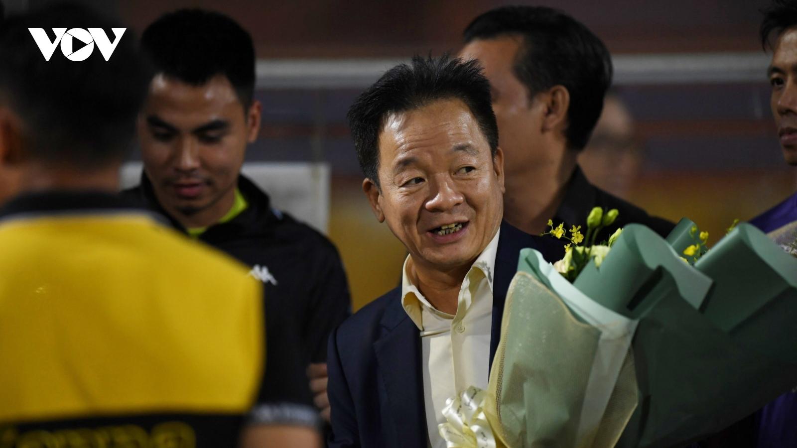 Dàn sao Hà Nội FC tri ân bầu Hiển sau trận hòa Viettel