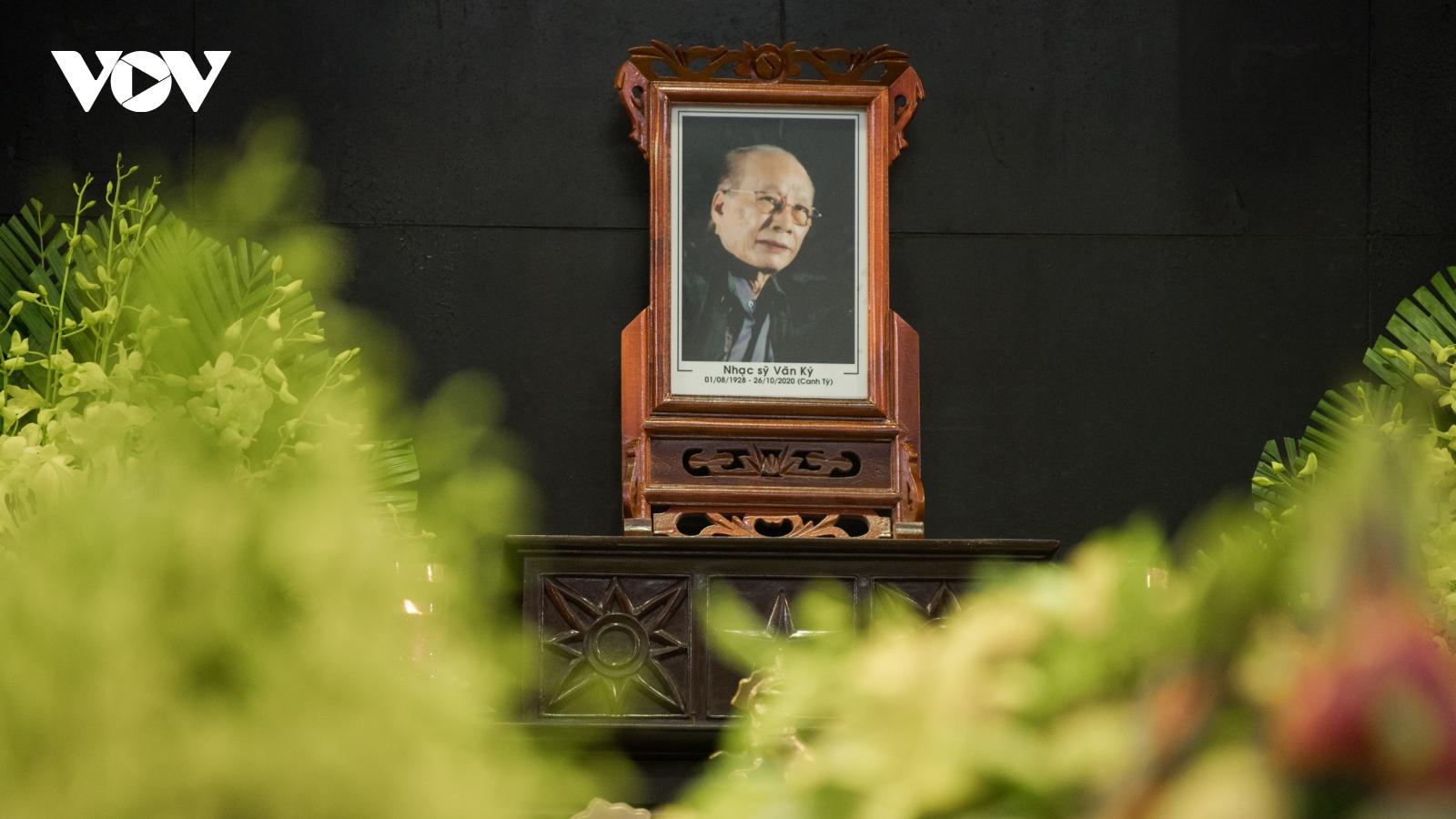 Gia đình, đồng nghiệp tiễn biệt nhạc sĩ Văn Ký về nơi an nghỉ cuối cùng