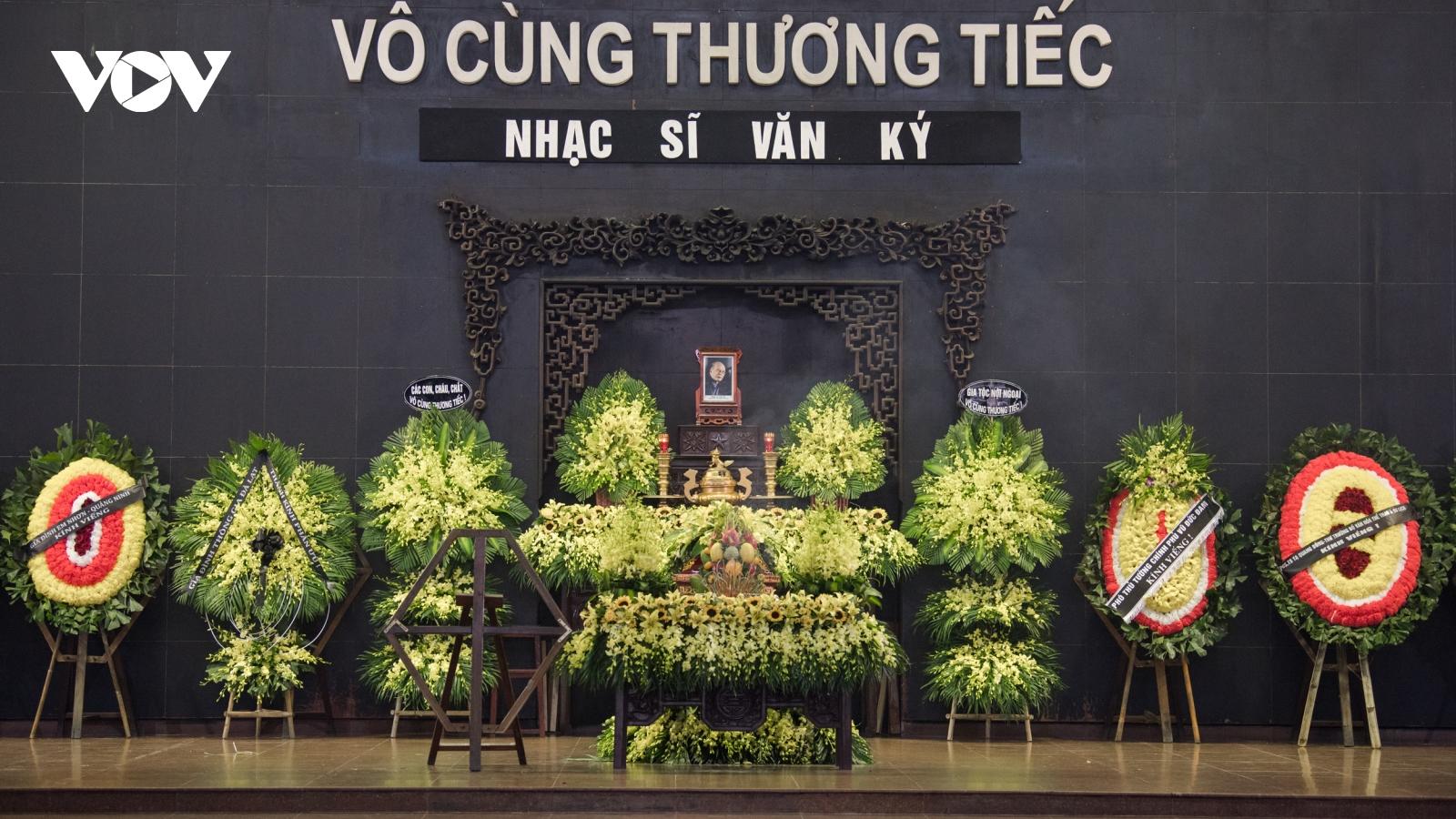 Trọng Tấn, Khánh Linh và các nghệ sĩ nghẹn ngào viếng nhạc sỹ Văn Ký