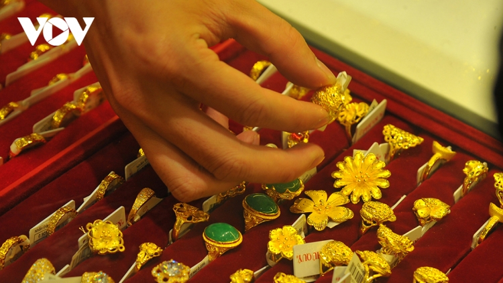 Vàng trong nước đứng giá, vàng thế giới tiếp tục giảm