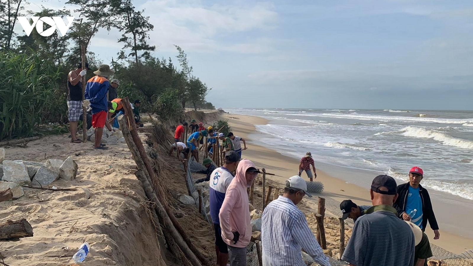 Người dân Thừa Thiên Huế dùng bao cát, rọ đá gia cố tạm thời bờ biển sạt lở