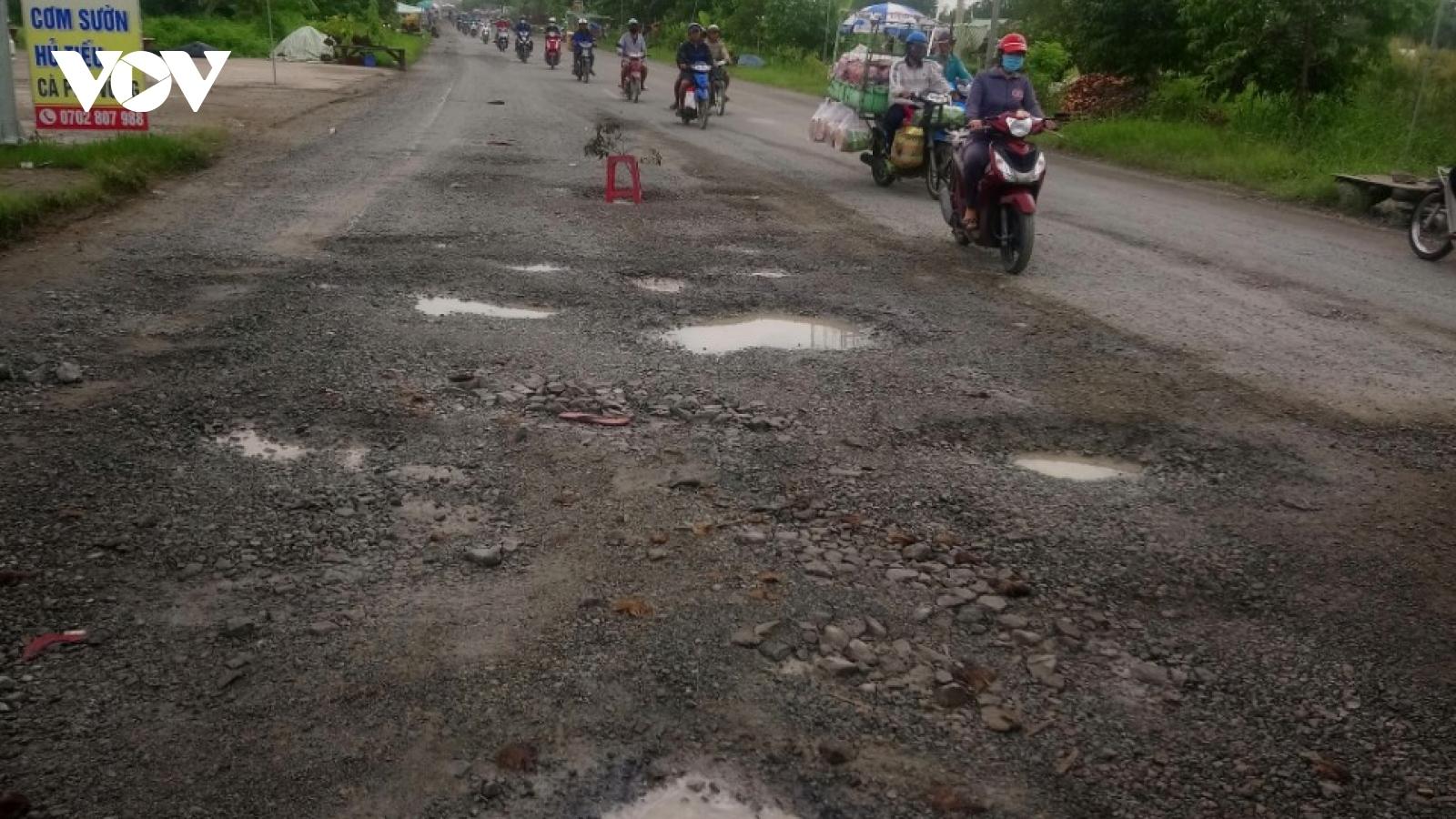 """Quốc lộ 63 qua Kiên Giang xuất hiện nhiều """"ổ gà, ổ voi"""" sau mưa lớn."""
