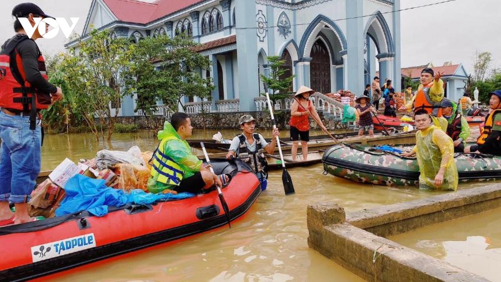 Hội chơi thuyền hơi cả nước đồng loạt tiến vào vùng lũ hỗ trợ người dân